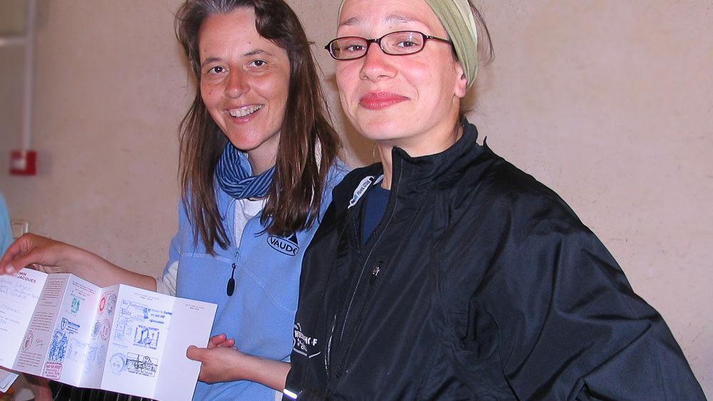 Mit meiner neuen Pilgerfreundin Claudia, zeige ich den gerade abgestempelten Pilgerausweis