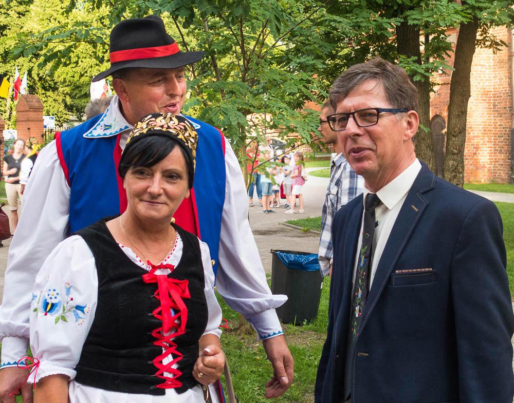 Ryszard Wenta im schwarzen Anzug, Mann und Frau in kaschubischer Tracht
