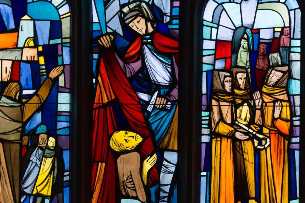 Glasfenster in der Kirche, die das Leben des Heiligen Martin zeigen mit vielen bunten Farben