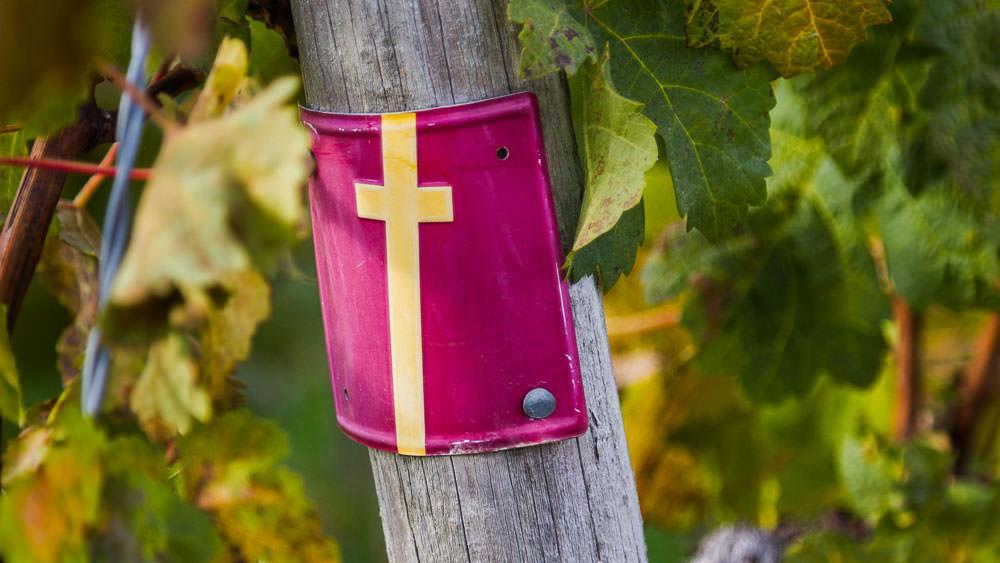 Gelbes Kreuz auf rotem Grund, das den Mantel des Heiligen St. Martin repräsentieren soll