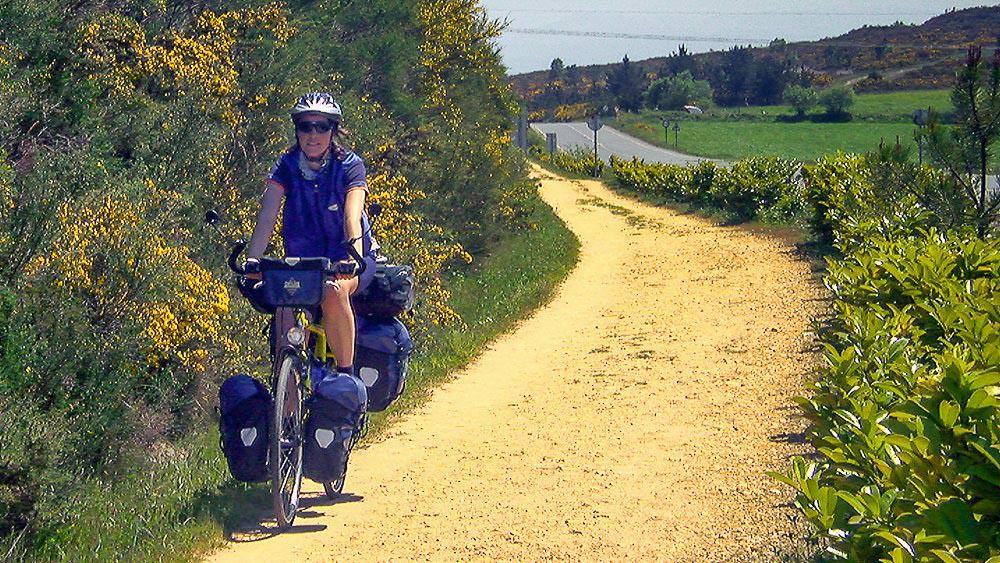 Beate Steger mit ihrem vollbeladenen Fahrrad auf den letzten Kilometern nach Santiago de Compostela