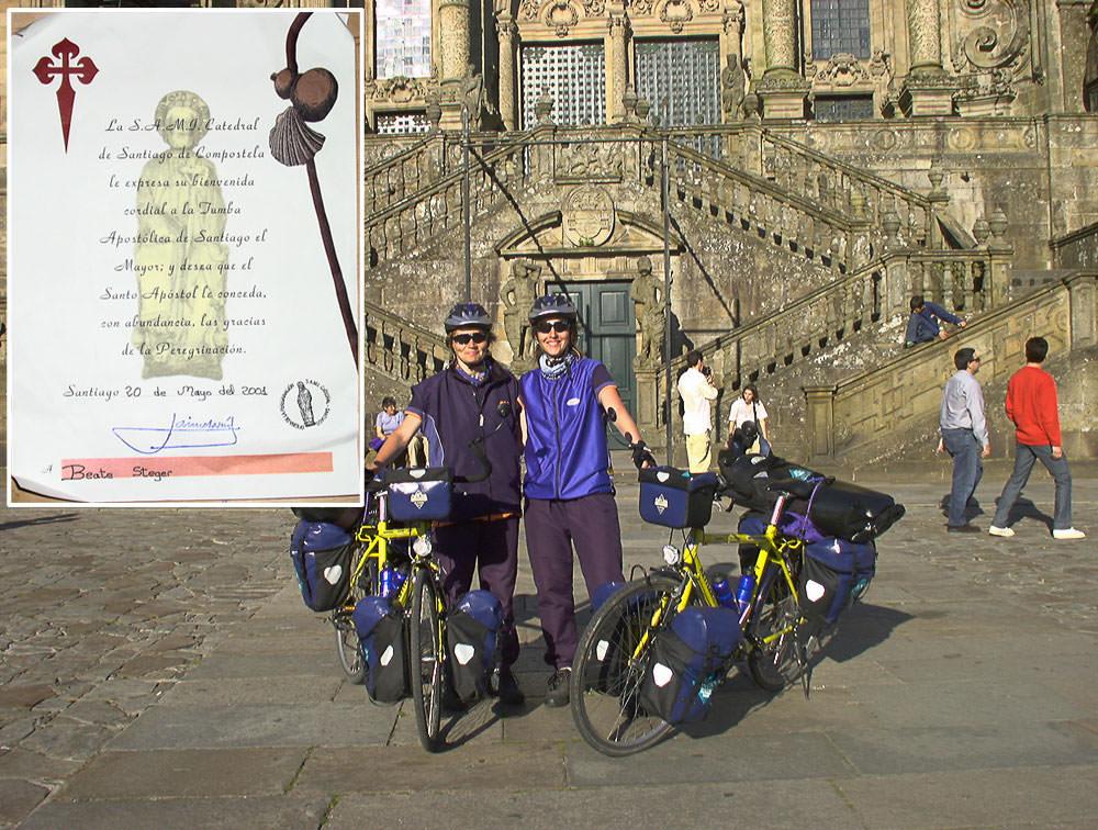 Mit schwer beladenen Fahrrädern stehen wir vor der Kathedrale und freuen uns über unsere Ankunft