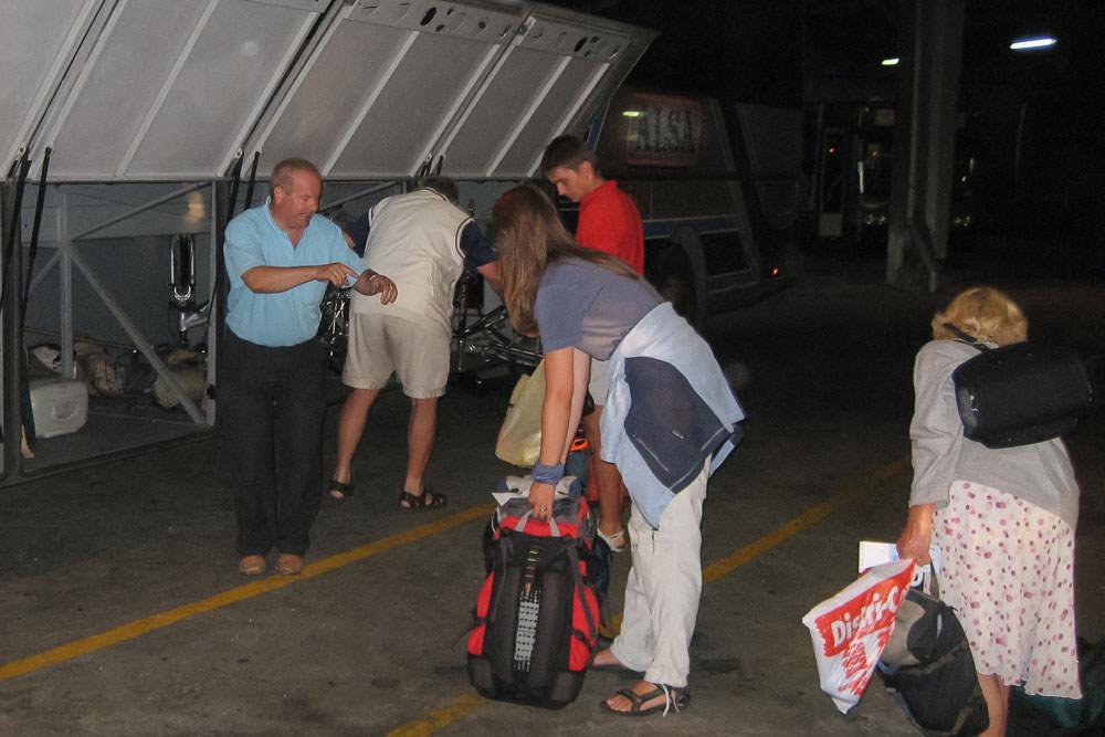 Beate Steger lädt ihren Rucksack in das Gepäckfach eines Buses von Alsa auf dem Jakobsweg in Spanien