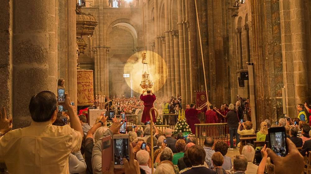 Gottesdienst in der Kathedrale von Santiago, man sieht den Botafumeiro, das Weihrauchgefäss, das geschwenkt wird