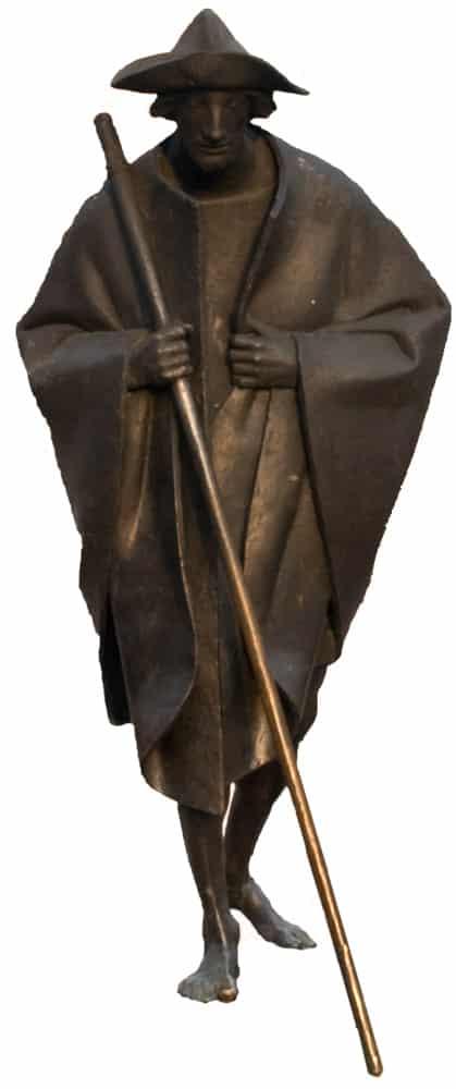 Bronzefarbene Pilgerstatue mit Hut und Stock in Speyer, Deutschland