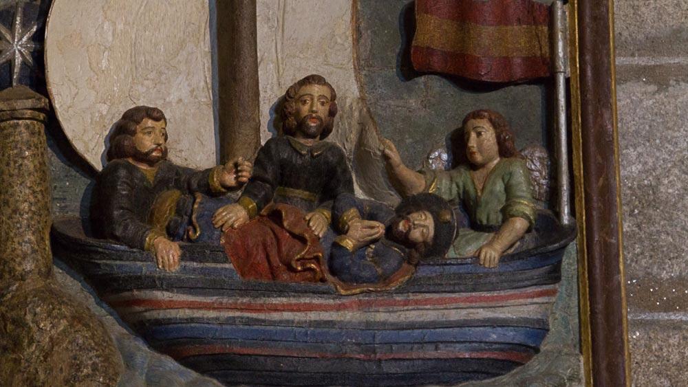 Geschnitztes Bild, das Jakobus Leichnam in einem Boot zeigt, begleitet von seinen Jüngern und einem Engel