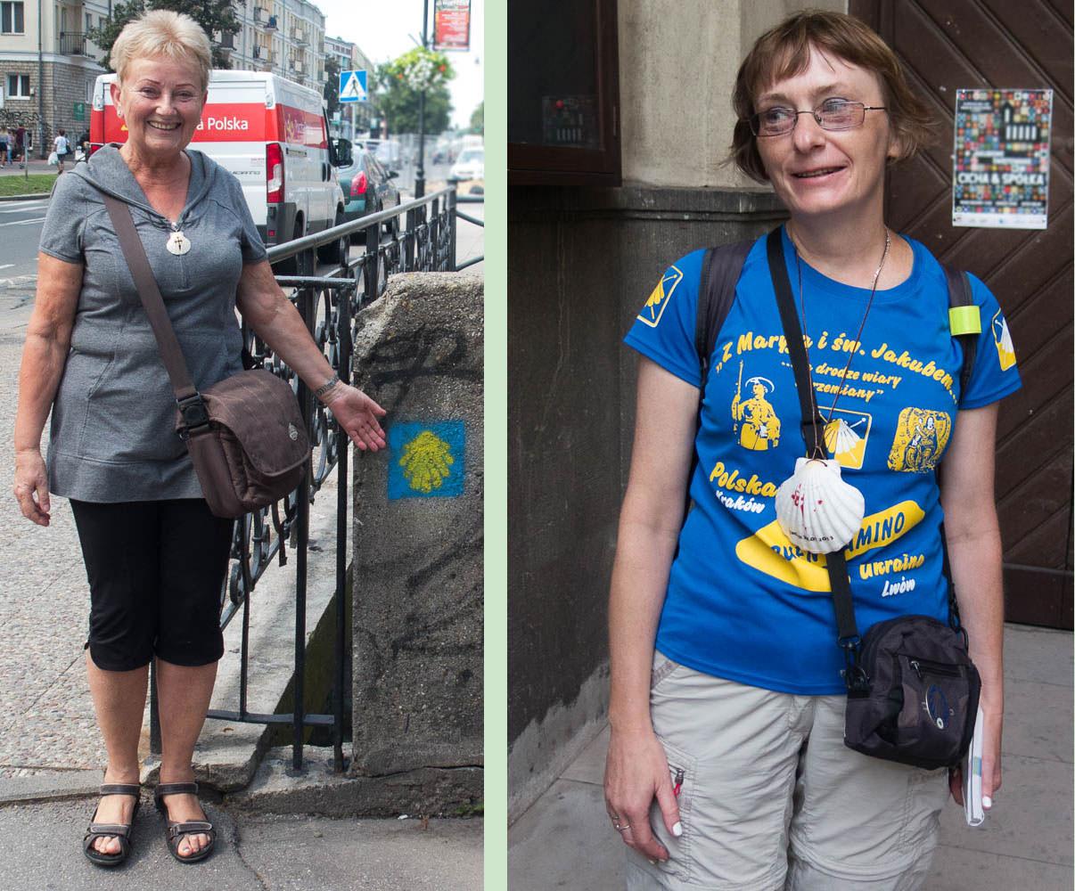 Danuta links zeigt auf ein Jakobswegzeichen, Malgorzata rechts präsentiert sich im Jakobsweg-T-Shirt