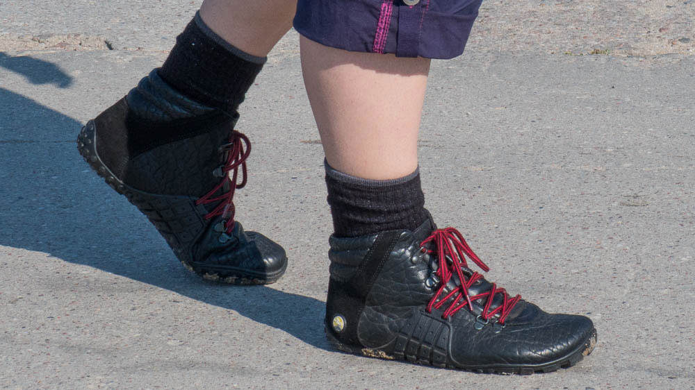 Schwarze Wanderschuhe ohne Absatz mit roten Schnürsenkeln